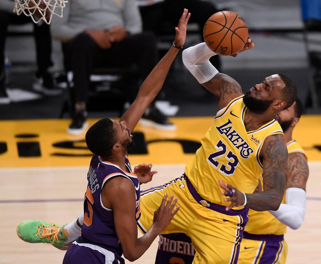 LeBron James (r) in actie tegen Phoenix Suns.