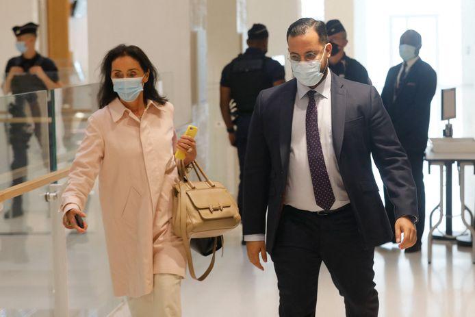 Alexandre Benalla komt met zijn advocaat Jacqueline Laffont aan op zijn proces.