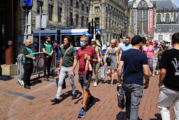 Toezichthouders en winkelend publiek in de Kalverstraat.  Beeld ANP