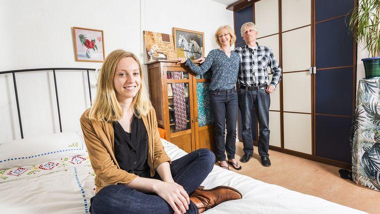 Iris London met vader Frank en moeder Renee, thuis in Monnickendam. Beeld Jiri Buller / de Volkskrant