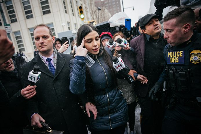 Emma Coronel Aispuro in 2019 bij het verlaten van de rechtbank nadat het vonnis over haar echtgenoot is uitgesproken.