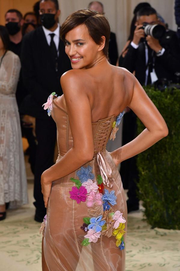 Model Irina Shayk, die recent datete met Kanye West, koos voor een 'naakte jurk' van Moschino.