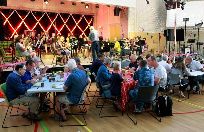 Steenbergen :  zondagmorgen , acht uur des morgens, ontbijt met live muziek , ontbijtconcert muziekvereniging Volharding.