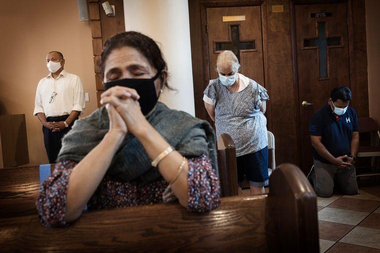 Zondagsdienst in de Saint John Bosco Catholic Church in de wijk Little Havana in Miami. Veel Latijns-Amerikaanse gelovigen zijn net als Trump tegen abortus. Beeld Daniel Rosenthal / de Volkskrant
