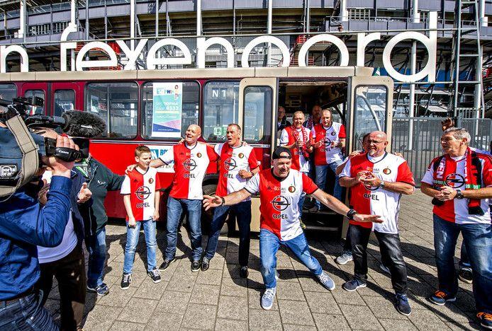 De zingende buschauffeurs uit Rotterdam maakten vandaag Feyenoordsupporter Mathieu van Cornips (71) blij.