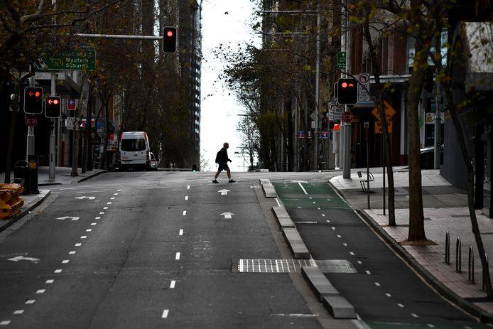 Een voetganger in het verlaten centrum van miljoenenstad Sydney, die al vijf weken in lockdown is.