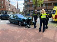 Auto met twee inzittenden raakt boom in Deventer: beide gewonden naar het ziekenhuis