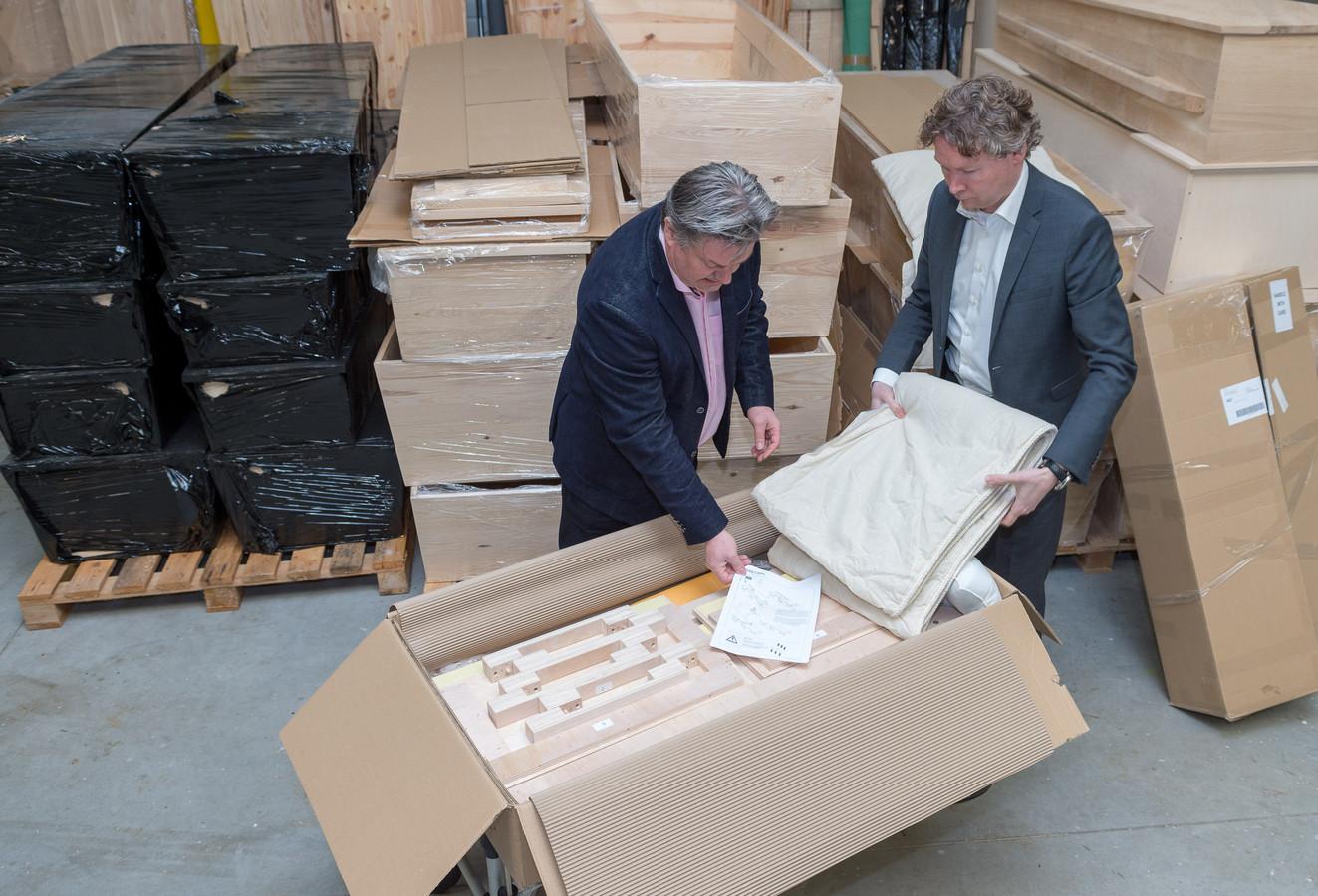 Cor Geijtenbeek, Dave van Santen (wit overhemd) en de Ikea grafkist