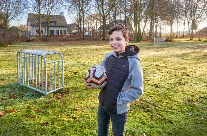 Tijs van Boxmeer op het speelterreintje  te Venhorst dat binnenkort wordt geronoveerd.  Hij schreef een brief aan de gemeente. Fotograaf: Van Assendelft/Jeroen Appels