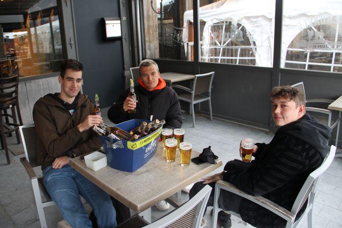 Vrienden Robbe, Jonich en Liam vieren meteen de heropening van de terrasjes op de Grote Markt in Izegem.