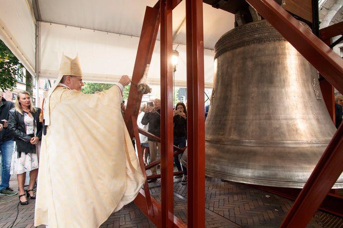 De besklok wordt plechtig ingezegend door kardinaal Eijk.