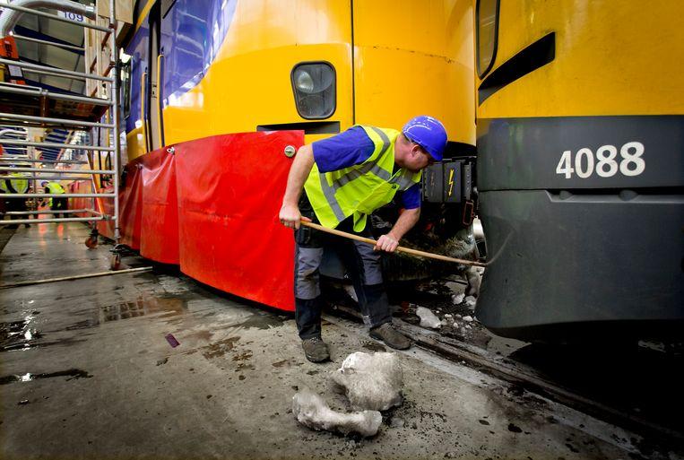 Om tijdens de periode van vrieskou schade aan treinen en wissels te voorkomen, gaan medewerkers van NS-dochter NedTrain aan de slag met het de-icen van de treinstellen.  Beeld ANP