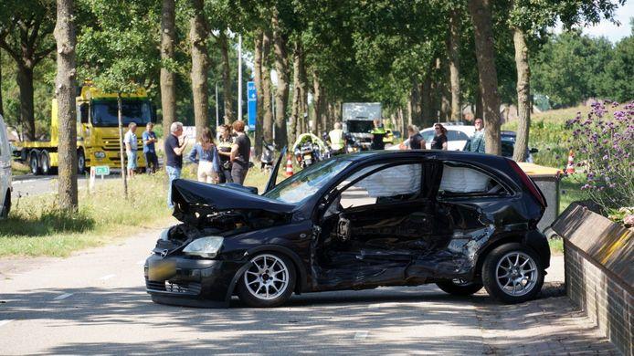 Een van de zwaarbeschadigde auto's na het ongeluk.