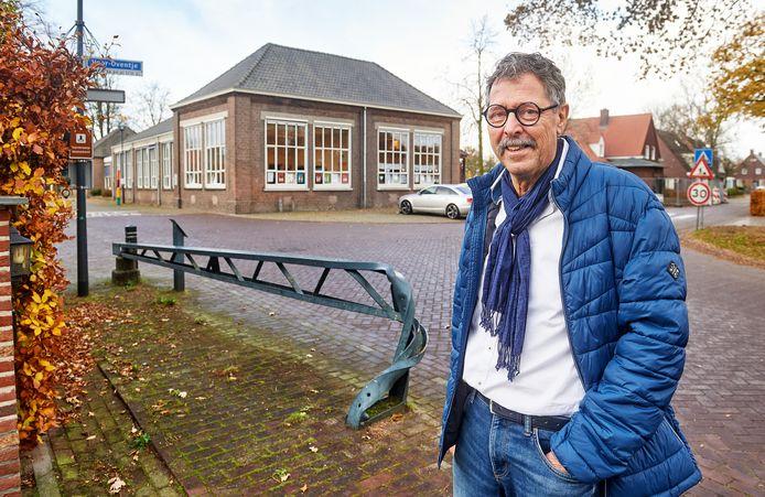 Ben van der Walle voor de school op 't Oventje.