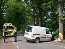 Bestuurder gewond bij botsing tegen boom op N826 in Almen