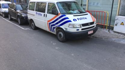 Agenten federale politie lappen parkeerregels aan laars en laten bankkaarten open en bloot liggen op passagierszetel
