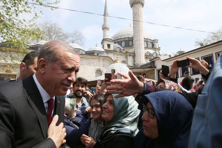 President Erdogan bezocht vanmorgen de Eyup Sultan-Moskee in Istanboel, een dag na het referendum. Beeld AFP