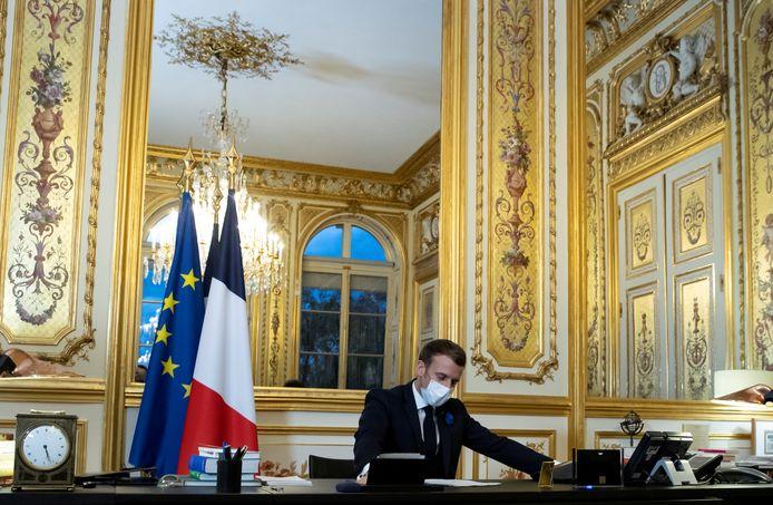 De Franse president Emmanual Macron aan de telefoon met de Amerikaanse president-elect Joe Biden, zondag in het Elysee Palace in Parijs.