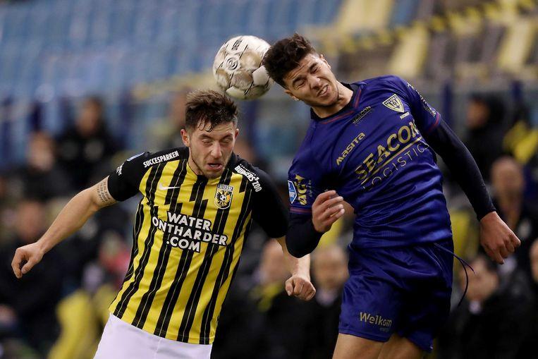 Maximilian Wittek van Vitesse (l) en Zinedine Machach van VVV in duel om de bal tijdens de halve finale van de KNVB-beker. Beeld ANP