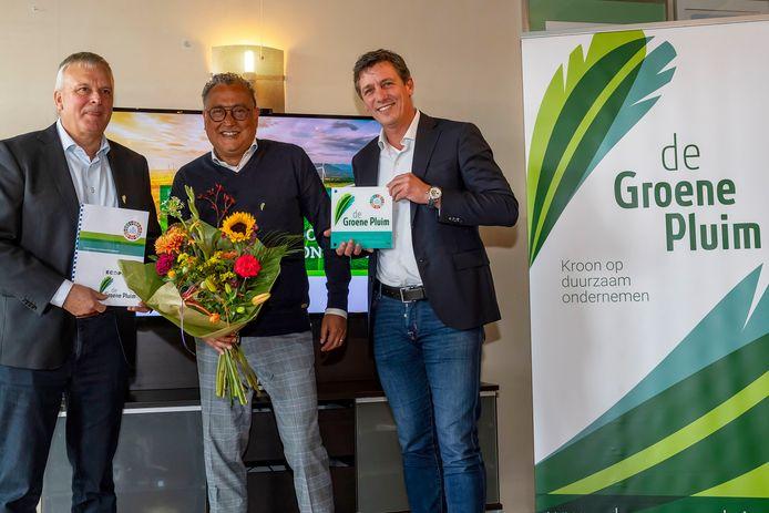 """Peter van den Eijnden (links) en landelijk MKB-voorzitter Jacco Vonhof (rechts) samen met Ferry Samuels directeur van Eco-Point (midden). ,,Jullie geven de goede richting aan."""""""