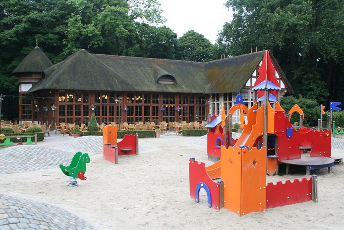 Klein grut amuseert zich rot op de speeltuigen van de Melkerij.