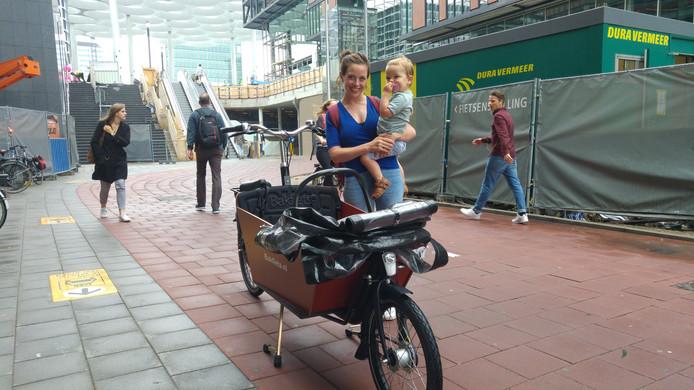 Noortje Beumer bij fietsenstalling Stationsplein onder station Utrecht Centraal: de fiets neemt te veel ruimte in beslag.