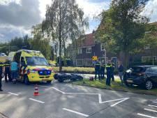 Motorrijder knalt tegen auto en raakt gewond