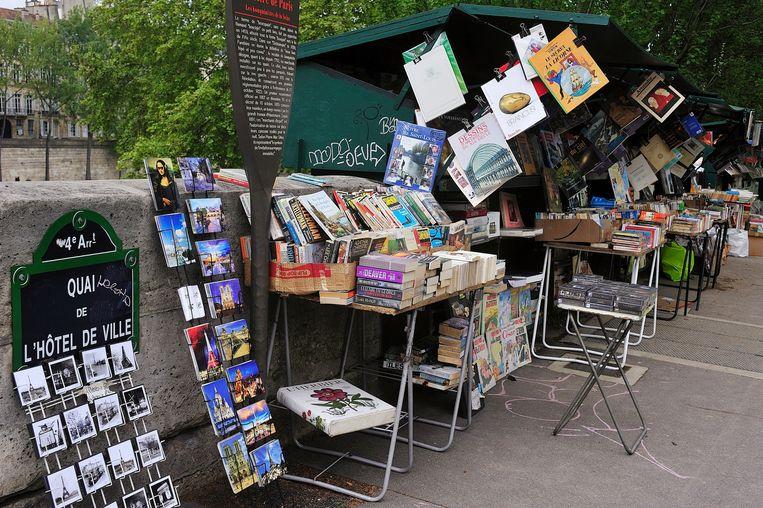 Een kraampje langs de Seine. Over meer dan drie kilometer kade liggen volgens schattingen in totaal 300.000 tweedehandsboeken. Beeld © Arturo Cano Miño