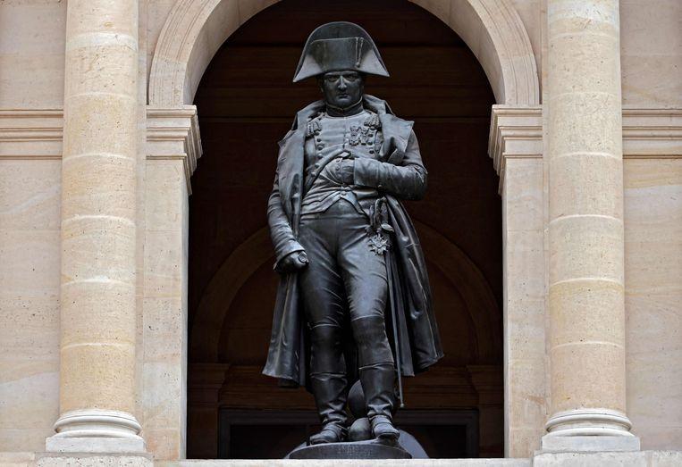 Vanuit het Hotel des Invalides in Parijs, blikt Napoleon, in karakteristieke pose, streng en somber op ons neer.  Beeld AFP