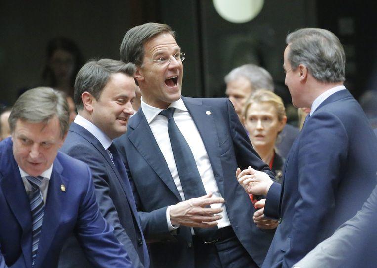 Premier Mark Rutte grapt met zijn Luxemburgse en Britse collega's. Beeld EPA