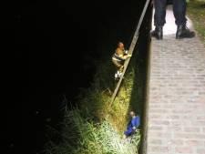Man valt met fiets van ruim zes meter hoge kademuur in Den Bosch en raakt niet gewond