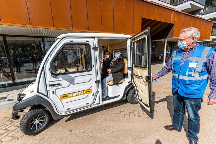 Chauffeur Johan van der Aalst gaat een ritje maken met twee 'klanten'