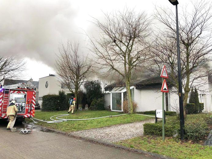 Toen de brandweer arriveerde, kwamen vlammen en dikke rook reeds door het dak van de woning.