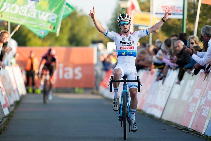 Eli Iserbyt mocht alweer juichen. Met kleine voorsprong op ploegmaat Laurens Sweeck zette hij de veldrit in Bredene op zijn naam.