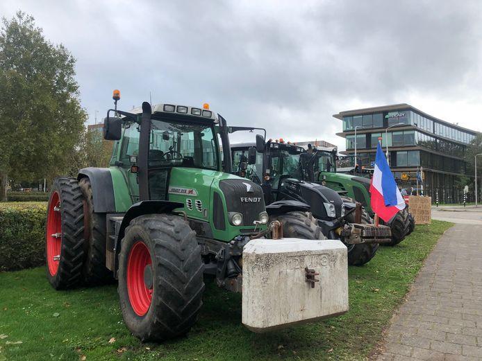 Boeren hebben zich verzameld voor het provinciehuis in Zwolle