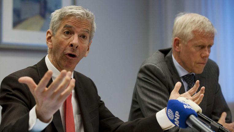 Minister van Binnenlandse Zaken en Koninkrijksrelaties Ronald Plasterk (L) en hoofd AIVD Rob Bertholee tijdens de presentatie van het jaarverslag 2012 van de AIVD Beeld Nederlandse Freelancers