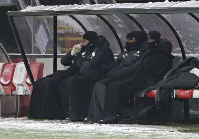 Tijdens het duel tussen Sparta en PSV eerder dit seizoen hielden spelers zich ook met extra kleding warm in de dug-out.