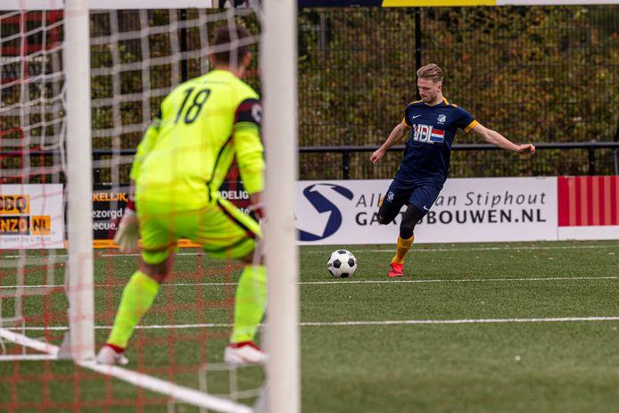 Jordi van Meurs in actie voor FC Eindhoven AV tegen Rhode.