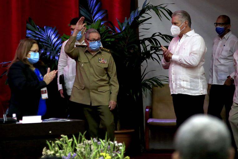 Raúl Castro (links) met de Cubaanse president Miguel Diaz-Canel Bermudez. Beeld EPA