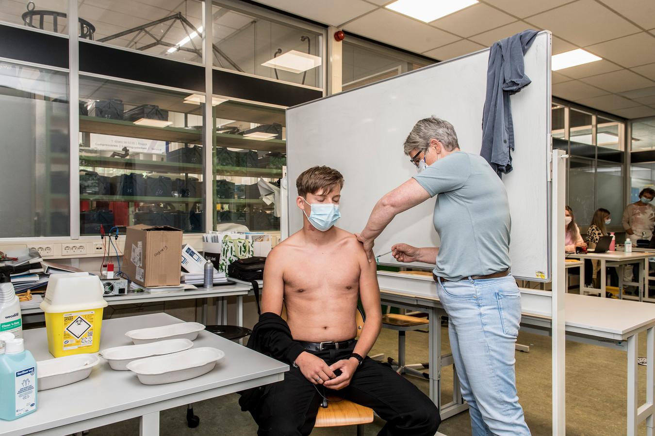 Marchano van Dee (18) krijgt vaccinatie met het Janssen-vaccin.