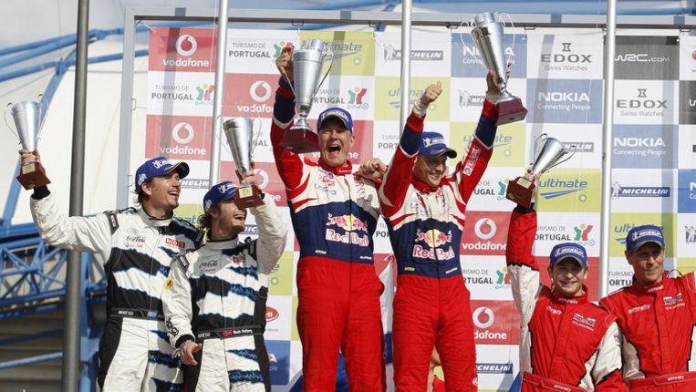 Mads Ostberg (tweede van links) en zijn co-rijder Jonas Andersson stonden aanvankelijk op de tweede plaats. Beeld AP