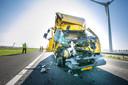 Een vrachtwagen botste in de file op de A15 tegen een andere vrachtwagen.