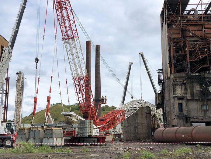 La grue a entraîné la structure métallique qu'elle portait dans sa chute sur le site Carsid à Marcinelle (Charleroi)