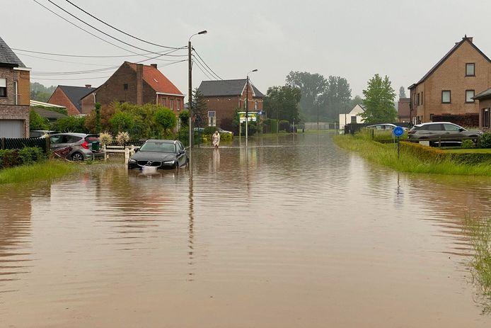 De wagen van Steve Clarisse uit Borsbeke strandde jammerlijk in de ondergelopen Suikerstraat in Lede.