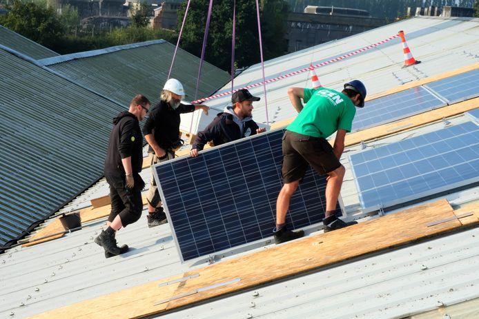 De zonnepanelen worden geplaatst op het dak van de kringloopwinkel in Willebroek.