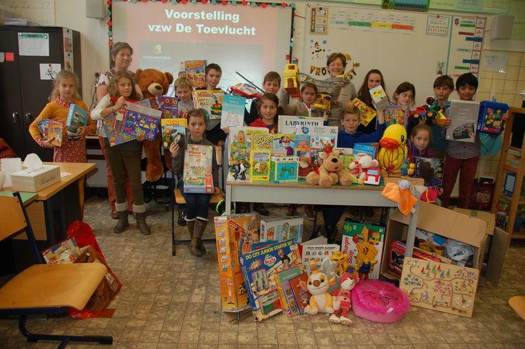 De kinderen van De Beuk overhandigden het speelgoed vol trots aan De Toevlucht.