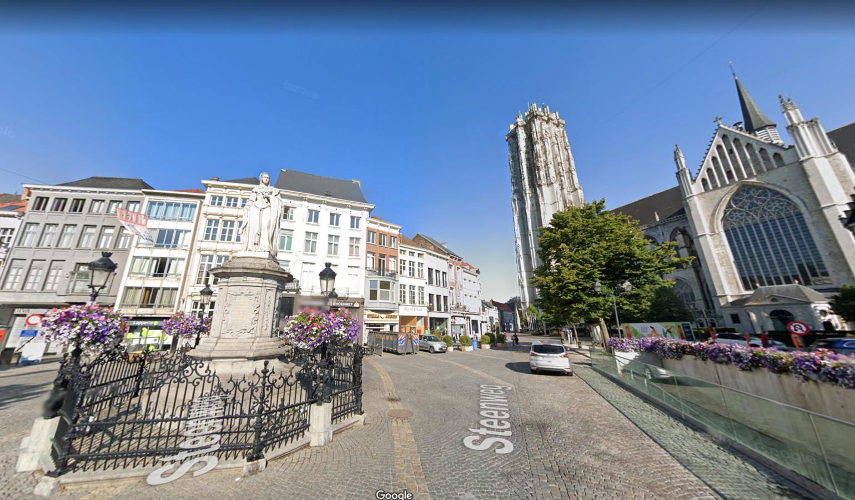 MECHELEN - Het standbeeld van Margaretha Van Oostenrijk op de Steenweg  in Mechelen.