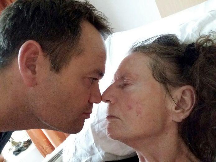 Hezder Schotsman en zijn dementerende moeder.