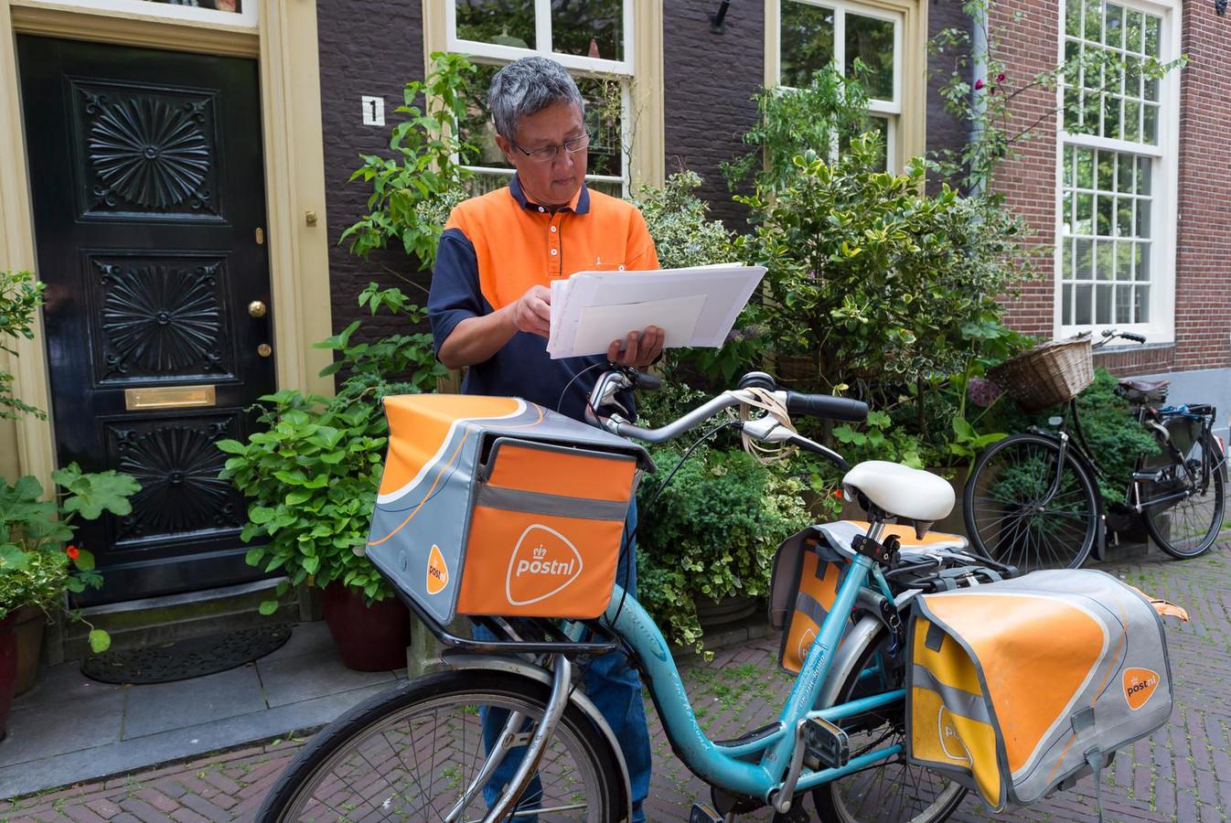 Een bezorger van PostNL in actie