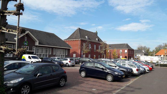 Voor de uitvoering van de centrumontwikkeling in Heeze is 1,6 miljoen euro opgenomen. Het grootste deelproject is de herinrichting in 2023 van het gebied tussen het gemeentehuisplein (zie foto) en tapperij De Zwaan (archief).